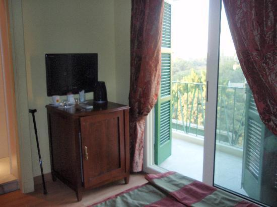 Hotel Longchamps: To the balcony overlooking the street