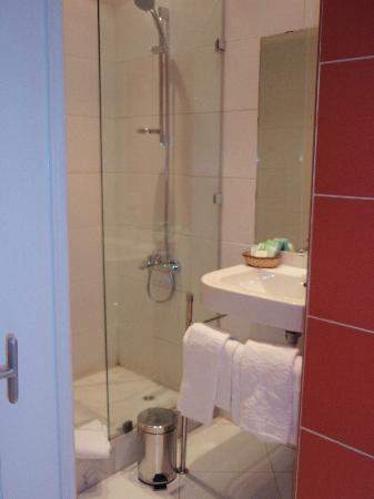 Hotel Longchamps: Very modern bathroom