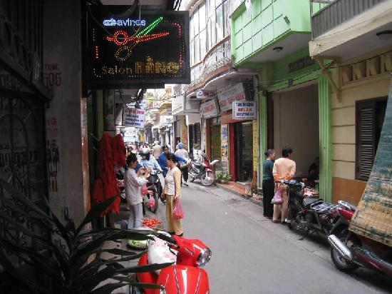 Hanoi Charming Hotel: Right side of the alley once you step out of hotel