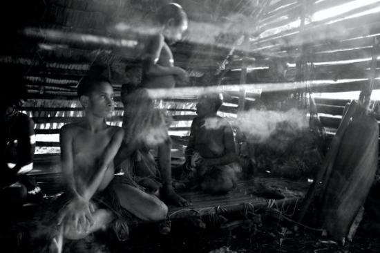 Wamena, อินโดนีเซีย: Kombai women making grass skirts