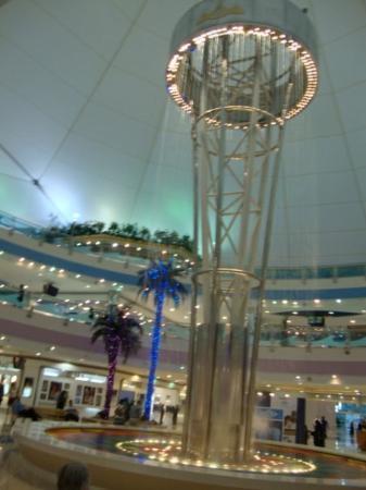 Abu Dabi, Emirados Árabes: Lampara de agua en el Mall!