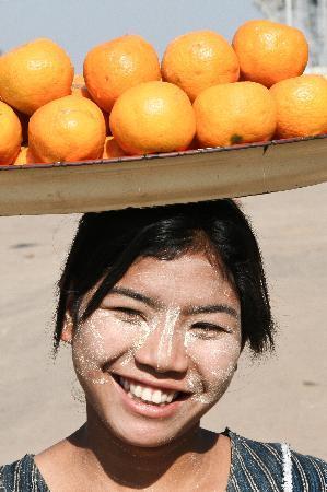 Birmanie (Myanmar) : Orange Seller