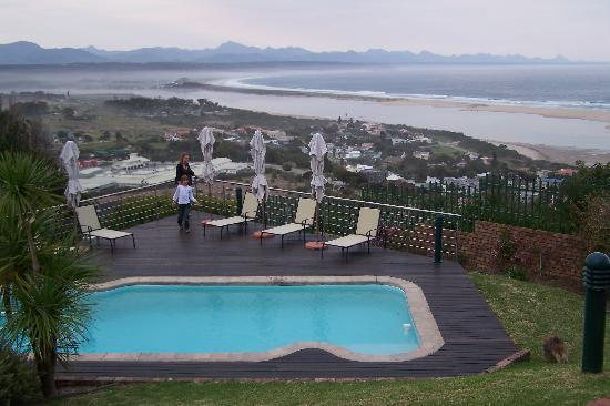 la Vista Lodge: pool and view on plettenberg bay from the room