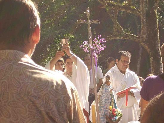 Eldorado, Argentina: Padre Haciendo la Bendicion a los Fieles