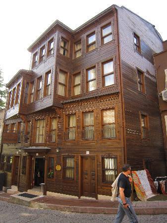 Emine Sultan Hotel & Suites: Stilecht mit Holzfasade, innen modern und sehr gemütlich