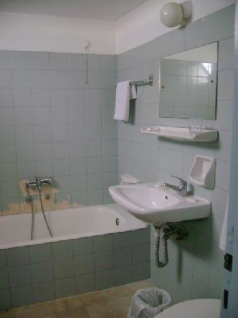 Filoxenia Hotel: 壁は剥がれたりしています。熱いお湯出ます。詮無し。