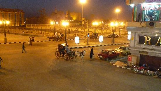Ali Baba Restaurant: Overlooking Luxor by night