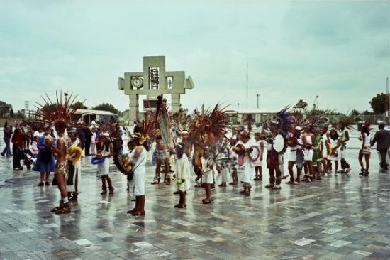 Ballet Folklorico de Mexico: Baile frente la Basílica de Guadalupe, México DF