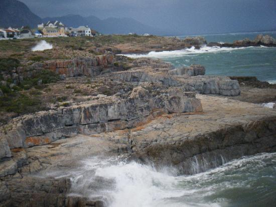 Hermanus Backpackers: Cliffs about 400 meters from the hostel