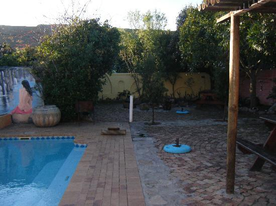 Hermanus Backpackers: Pool and patio area