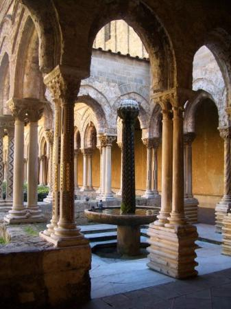 IL CHIOSTRO DI MONREALE  Corner of cloister with Arab fountain visible