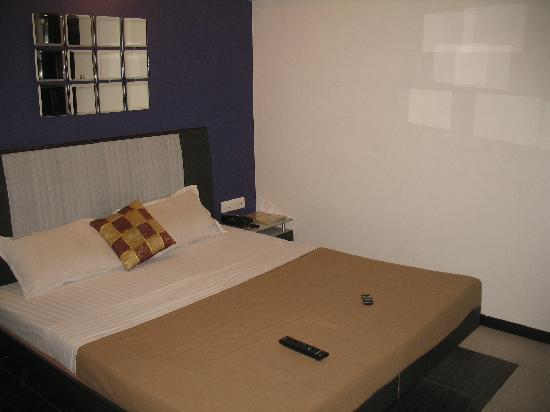 Hotel Keerthi: Clean compact rooms with a comfortable bed