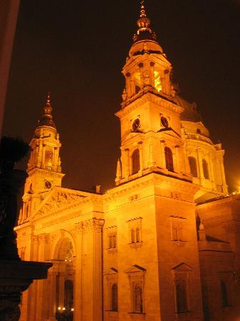 Hotel Central Basilica: Night view from our room's window