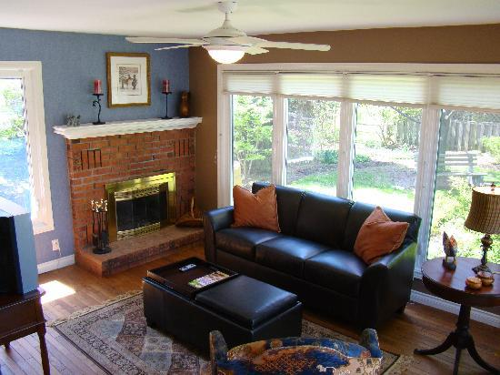Heritage Trail Luxury Cottage & Garden Retreat : Sunken Family Room with wood burning fireplace