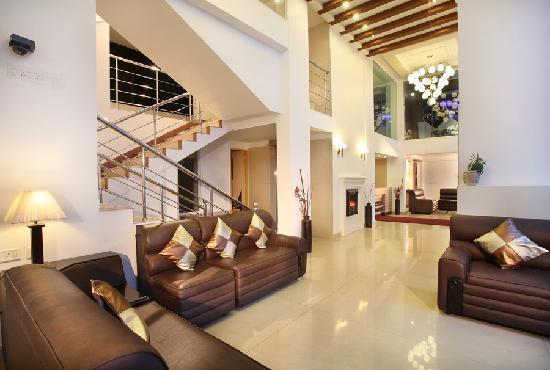 Misty Mountain Resort: Stylish lobby with 2 lifts