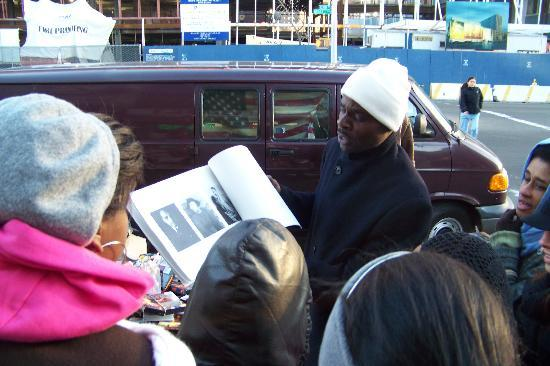 Harlem Heritage Tours: Tour guide sharing pictures of Harlem from local vendor