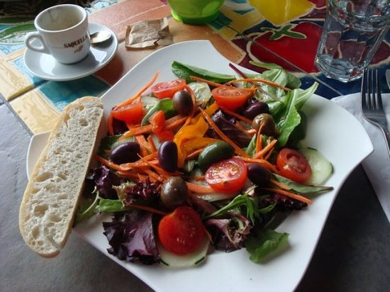 Caffe' Mario: Lightly dressed mixed green salad with delicious olives and hearty bread