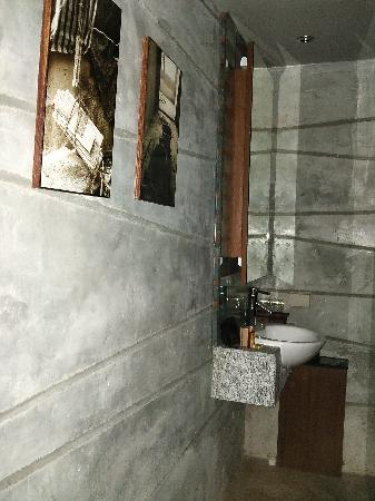 โรงแรม เดอะ ฟิวชั่น สวีท: 1st view of the bathroom