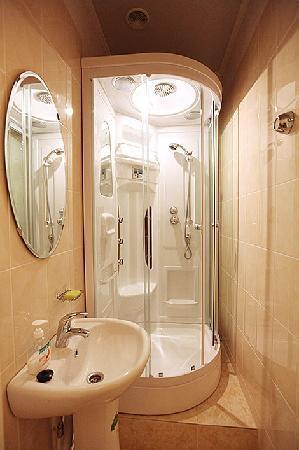 Missis Hudson: shower