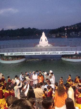 Parmarth Niketan Ashram: The aarti ceremony.
