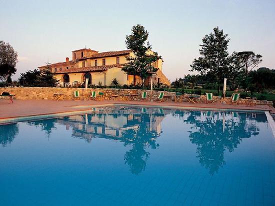 una delle due strutture de La Mia Toscana con ristorante e piscina