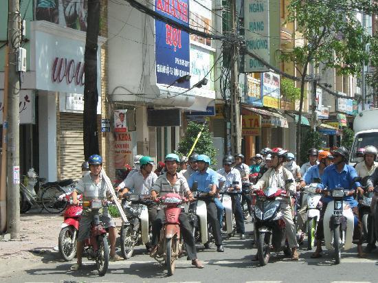 Thuong Xa Tax (Saigon Tax Trade Center): ホーチミンを走るバイクの波