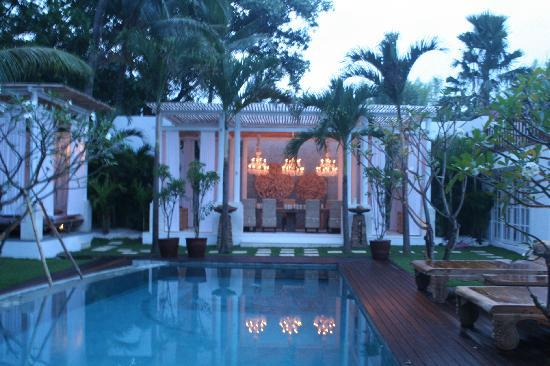 Oazia Spa Villas: white villa in the evening