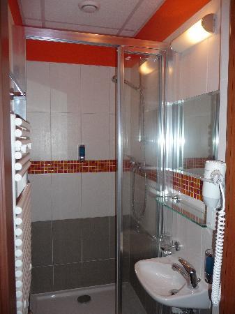 City Central Hotel: Duchas y lavabo