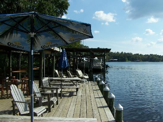 Welaka Lodge & Resort: Riverfront dock / bar-b-que