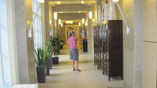 The Westin Cape Coral Resort At Marina Village: The hallways off the Main lobby
