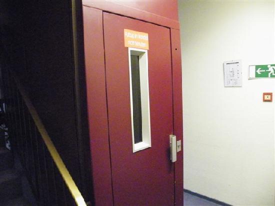 Hotel baccara aachen tyskland omd men och for Small elevators
