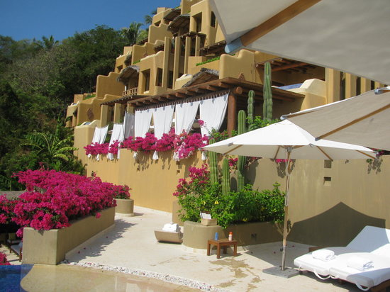 Cala de Mar Resort & Spa Ixtapa: from the pool to The Rocks restaurauant