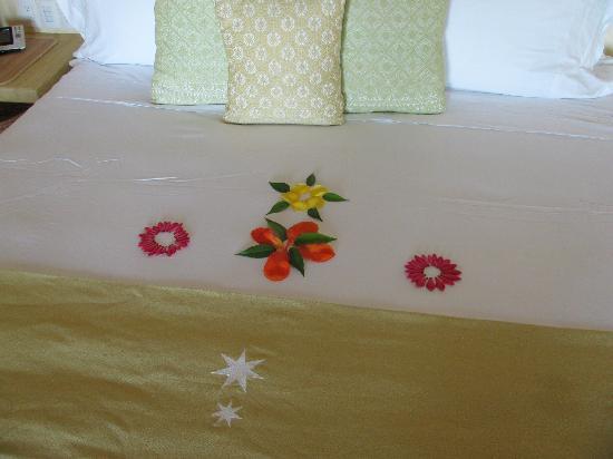 Cala de Mar Resort & Spa Ixtapa: the bed with flowers