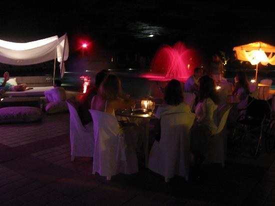 Club Med Trancoso: noche de blanco a la vera de la piscina