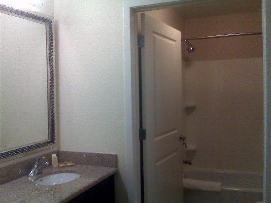 Residence Inn Greensboro Airport : Separate sink area/bathroom