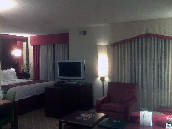 Residence Inn Greensboro Airport: Bedroom/living room