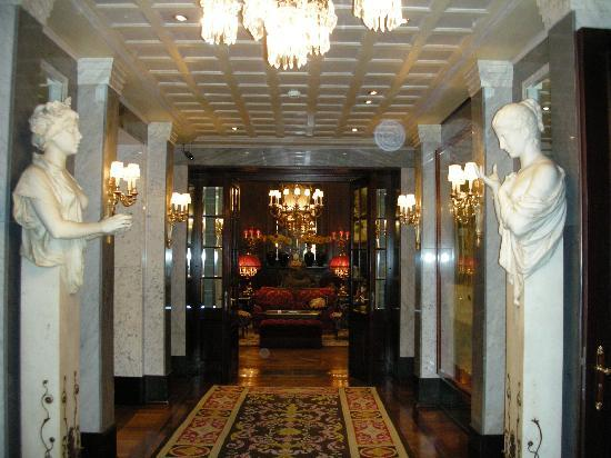 Hotel Sacher Wien: hallway to breakfast room of sacher hotel