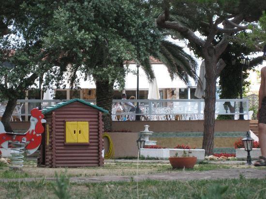 H TOP Caleta Palace: Kinderspielplatz und Restaurantterrasse