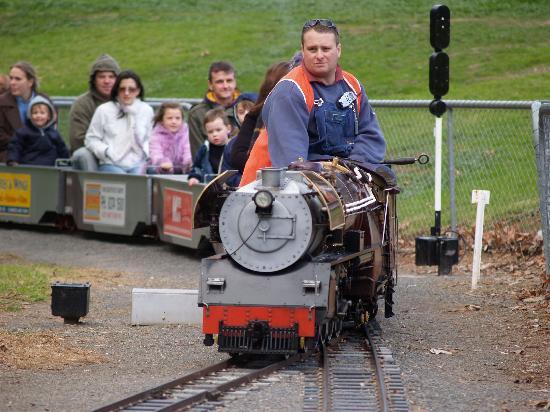 Morphett Vale Railway: 運転士さんも絵になります