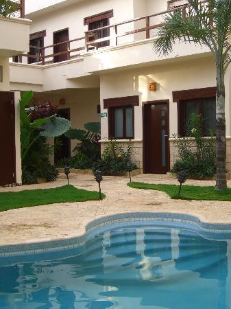 Xibalba Hotel: Der Pool in Innenhof mit Blick auf die Zimmer im Erdgeschoss. Leider an einem bedeckten Tag.