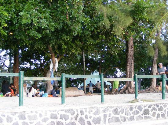 Pereybere Beach: Locals having a picnic