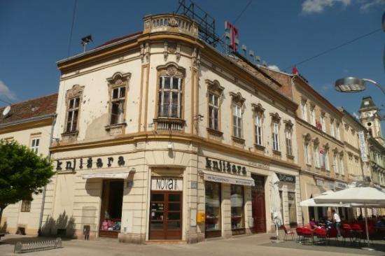 Osijek, Croatia: dostrielaná knjižara