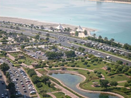 Abu Dabi, Emirados Árabes: View of the coastline from the 25th floor in the Corniche area of Abu Dhabi.  Parking is a night