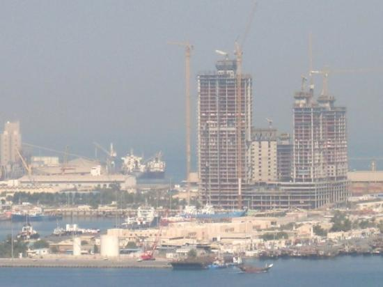 Abu Dabi, Emirados Árabes: Something is always under construction. View of the coastline from the 25th floor in the Cornich