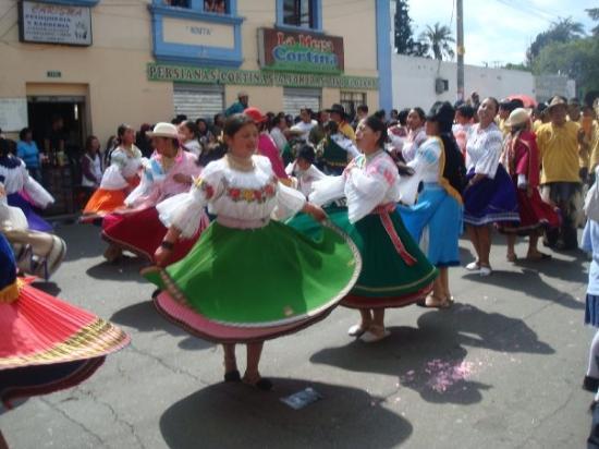 Cayambe, Ecuador: twirl ladies..twirl!