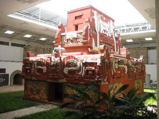 La Casa de Cafe: The museum replica of the Mayan tomb in the Copan Ruinas site