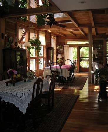 Snug Hollow Farm Bed & Breakfast: farmhouse dining room