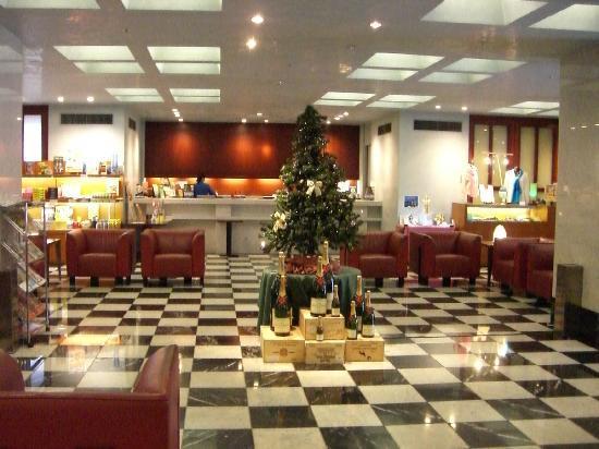 Premier Hotel Mojiko: フロントはさほど広くなくプライベートな雰囲気がある