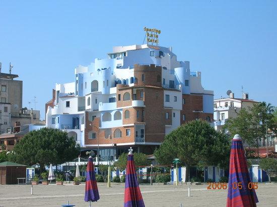 Hotel Sporting Baia: Hotel Sporting visto dalla spiaggia