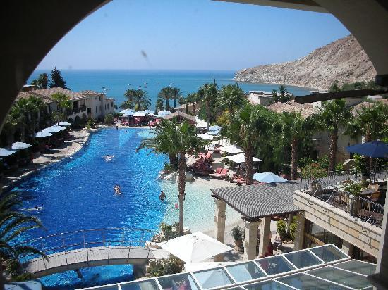 Columbia Beach Resort Pissouri: the initial view of the pool overlooking the beach